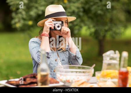 Cerca de la mujer con la cámara disparos al aire libre