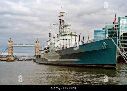 HMS Belfast en el río Támesis con el Tower Bridge en segundo plano. Foto de stock