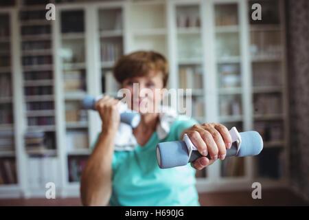 Mujer mayor ejercicio con pesas