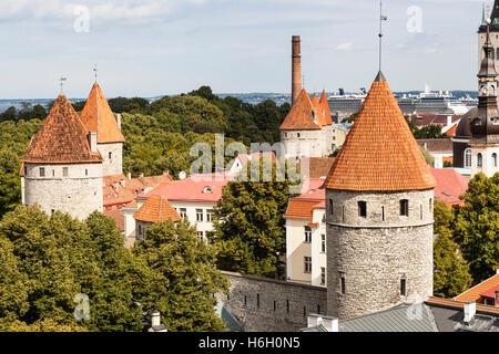 Vista de las torres de la antigua ciudad de Patkuli plataforma de visualización, la colina de Toompea, Tallin, Estonia Foto de stock