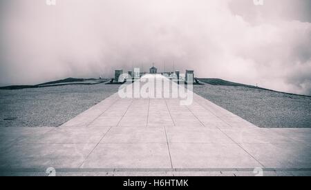 Paisaje emocional, vista del Monte Grappa santuario memorial y cementerio de WWI italiano y soldados austríacos, b&w intencional