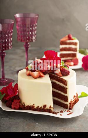 Pastel de terciopelo rojo decorado con fresa