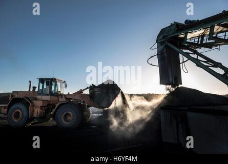 Aumento de vapor de carbón en la luz de la mañana en la mina de carbón superficial imagen descargada por a las 22:00 del 13/06/15