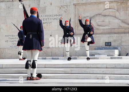 El cambio de los Evzones que custodian el Monumento al Soldado Desconocido en frente del Parlamento Helénico, Atenas Foto de stock