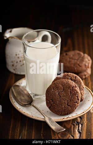 Galletas de chocolate con un vaso de leche