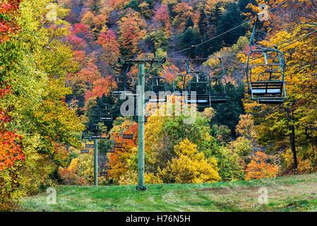 Mad River Glen Ski Resort en otoño, Vermont, EE.UU. Foto de stock
