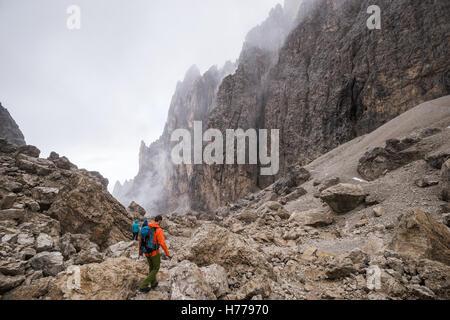 Tres personas senderismo en los Dolomitas, Val Gardena, Tirol del Sur, Italia
