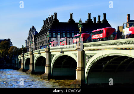 Londres, Inglaterra, Reino Unido. Double Decker buses cruzando el puente de Westminster hacia Portcullis House