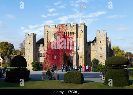 Hever Castle & foso, antigua casa de Anne Boleyn, vestidos con el Rojo otoñal reductor de Virginia & blue sky / cielo soleado / Sol. Kent UK