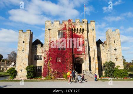 El castillo de Hever revestidos con el Rojo otoñal reductor: Virginia Blue Sky / cielo soleado / Sun & puente levadizo / dibujar puente sobre el foso. Kent UK
