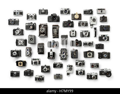 Colección de antiguas cámaras analógicas diferentes sobre fondo blanco.