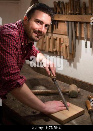 Trabajo con herramientas de carpintero en su carpintería