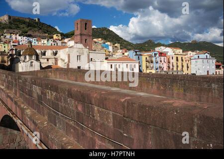 Un puente en la ciudad medieval de Bosa Cerdeña Italia