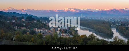 Turín (Torino) panorámica de alta definición en el horizonte de la ciudad y el Monviso al amanecer.