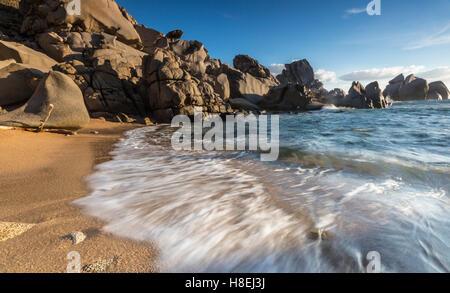 Olas rompiendo en la playa, Capo Testa, Santa Teresa di Gallura, en la provincia de Sassari, Cerdeña, Italia