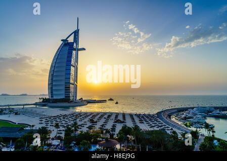 El Burj Al Arab, Jumeirah Beach al atardecer, Dubai, Emiratos Árabes Unidos, Oriente Medio Foto de stock