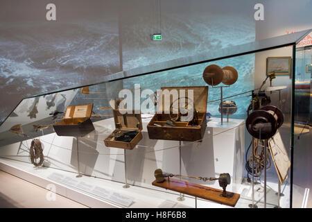 Instrumentos de navegación náutica e histórico en el Danish Maritime Museum (M/S Museet para Søfart) en Elsinor / Helsingør, Dinamarca.