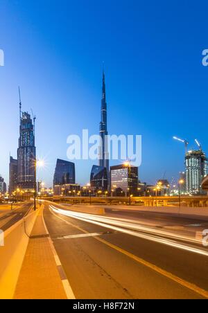 Sheikh Zayed Road skyline y Burj Khalifa, crepúsculo, en el centro de la ciudad, Dubai Foto de stock