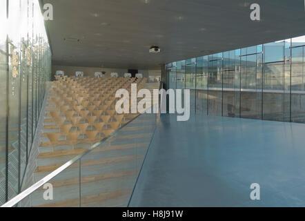 Auditorios en el Danish Maritime Museum, M/S Museet para Søfart Helsingor, en Dinamarca. El arquitecto Bjarke Ingels BIG. Arne Jacobsen sillas serie 7