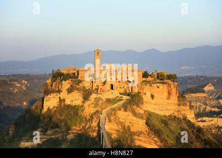 Civita di Bagnoregio Ghost Town landmark, antena vistas panorámicas de la puesta de sol. Lazio, de Italia, de Europa.