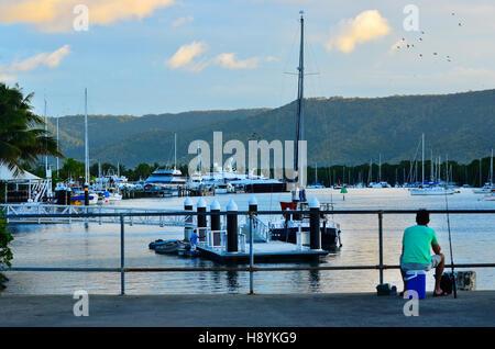 Pescador pesca desde el embarcadero de azúcar en Port Douglas, en el extremo norte de Queensland, Australia.
