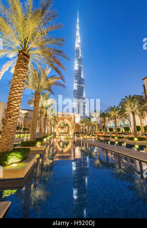 Vista del Burj Khalifa y el zoco Al Bahar durante la noche en el centro de Dubai, en los Emiratos Árabes Unidos Foto de stock