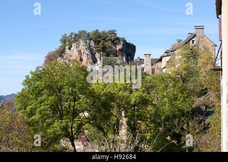 Un ángulo bajo shot en una parte de la aldea de Rodelle encaramado sobre su espolón rocoso (Francia). Une partie du village de Rodelle. Foto de stock