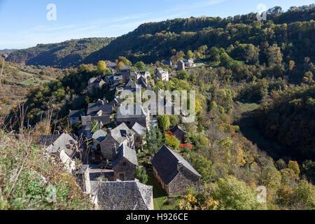 Un ángulo alto shot en los tejados de las casas de la aldea de Rodelle encaramado sobre su espolón rocoso (Francia). Les asu du village de Rodelle. Foto de stock