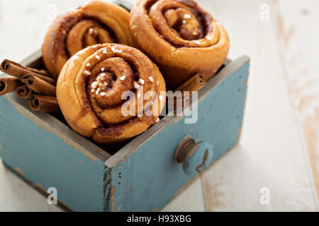 Bollos de canela en una caja de madera