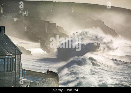 Porthleven, Cornualles, en el Reino Unido. 20 de noviembre de 2016. El clima del Reino Unido. Las grandes olas de tormenta trajo en Angus y el bateador supermoon la costa de Porthleven, con gran parte del suroeste de alerta de inundaciones, después de las fuertes lluvias de la noche a la mañana. Crédito: Simon Maycock/Alamy Live News