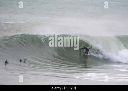 Porthleven, Cornualles, en el Reino Unido. 20 de noviembre de 2016. El clima del Reino Unido. Las condiciones de surf han atraído a los surfistas a las aguas de Porthleven durante la mayor parte del día, con olas grandes, siendo wipped por tormenta Angus. Crédito: Simon Maycock/Alamy Live News