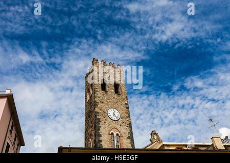 Campanario de la iglesia parroquial de San Giovanni Battista en Monterosso, Italia