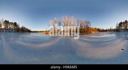 Equidistante panorama de 360 grados de un lago congelado en invierno bosque