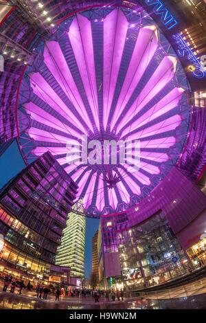 La cúpula iluminada de Sony Center , una moderna arquitectura, rascacielos, Berlín, Alemania Foto de stock