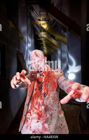 Muertos vivientes zombie undead, el hombre cubierto de sangre, comer cerebros scary man, película de terror, zombies vudú, manchado de sangre camiseta,