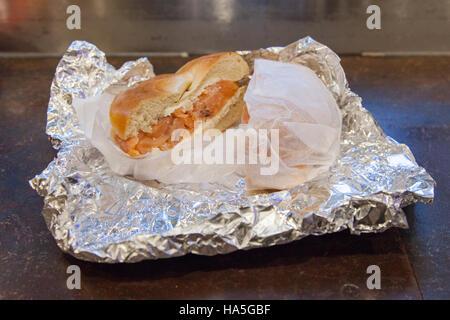 Salmón ahumado y queso crema bagel, Dali Mercado, delicatessen, 7th Avenue, Nueva York, Estados Unidos de América.