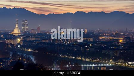 Turín (Torino) hermoso paisaje con Mole Antonelliana al atardecer