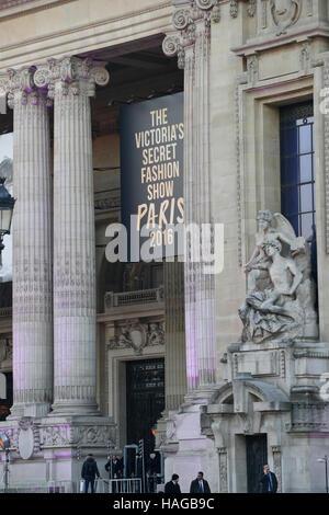 París, Francia. 30 Nov, 2016. Huésped que llegue en el Victoria's Secret Show, celebrada en el Grand Palais, París, Foto de stock