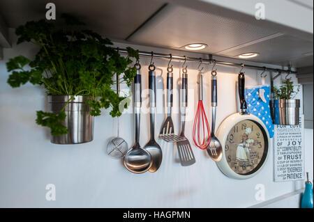 Diversos utensilios de cocina colgando en una cocina doméstica.