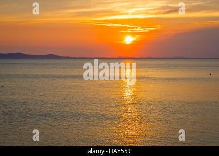 Puesta de sol sobre el horizonte del mar épico, Dalmacia, Croacia Foto de stock