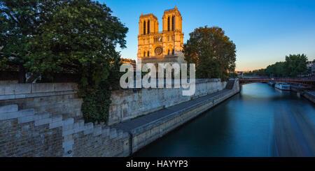 Catedral de Notre Dame en la Ile de La Cite al atardecer con el río Sena. Noche de verano en Paris, Francia