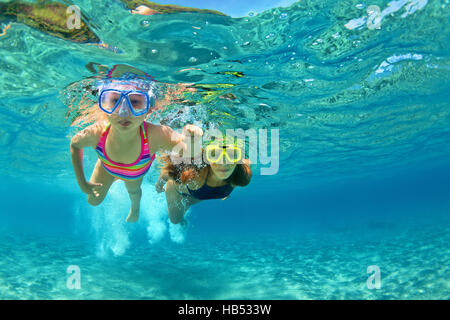 Familia feliz - Madre con niña nadar y bucear bajo el agua con la diversión en la playa. Padre activo, la gente, el agua sport adventure