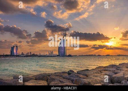 El Burj Al Arab y Jumeirah Beach Hotel al atardecer Foto de stock