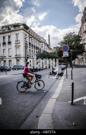 Mujer joven visitar Paris en bicicleta