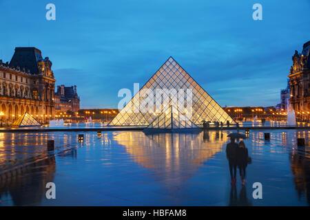 París - 4 de noviembre: La Pirámide del Louvre el 4 de noviembre de 2016 en París, Francia. Sirve como la entrada principal al Museo del Louvre. Completado en 1989