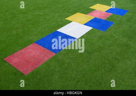 Colorida Rayuela, un popular parque infantil juego en el que los jugadores echar un pequeño objeto en espacios de rectángulos esbozado en el suelo y th
