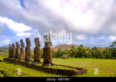 Hermosas estatuas moai con vistas a la Isla de Pascua, Chile