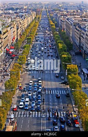 Los Campos Elíseos vistos desde el Arc de Triomphe (Arco de Triunfo), París, Francia.