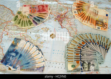 Euro, yuan, dólares y franco suiza billetes en el mapa de Grecia. Simbolizan la moratoria griega y de los intereses extranjeros.