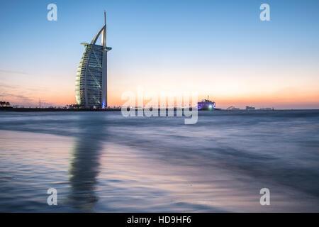 El Burj Al Arab, hotel de lujo en la costa del Golfo Pérsico después de la puesta del sol. Dubai, Emiratos Árabes Foto de stock
